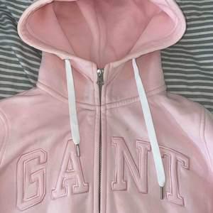 Super fin Gant hoodie i en rosa härlig färg. Storlek Xs men passar även en S.  Använd en gång, har litet märke (se bild) inget man tänker på.   Vid snabb affär kan jag gå ner vid pris.