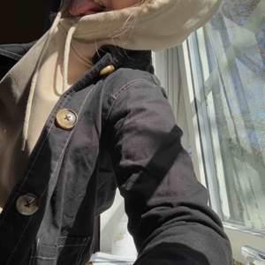Den coolaste jeansjackan med knappar på! Mycket bra skick då den knappt är använd❤️ Med frakt: 170kr