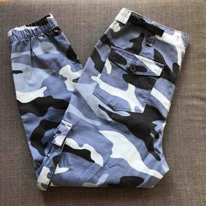 Grymt snygga camouflage cargo byxor ifrån Bershka. Nyskick, aldrig använda. Går att reglera smidigt med spännet i midjan så kan även passa en 36. Många praktiska fickor både bak och fram. Ordinarie pris: 499kr