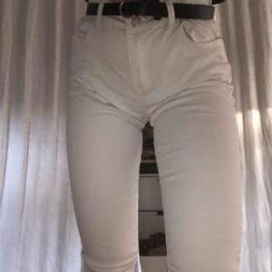 snygga vita jeans i mycket bra skick!