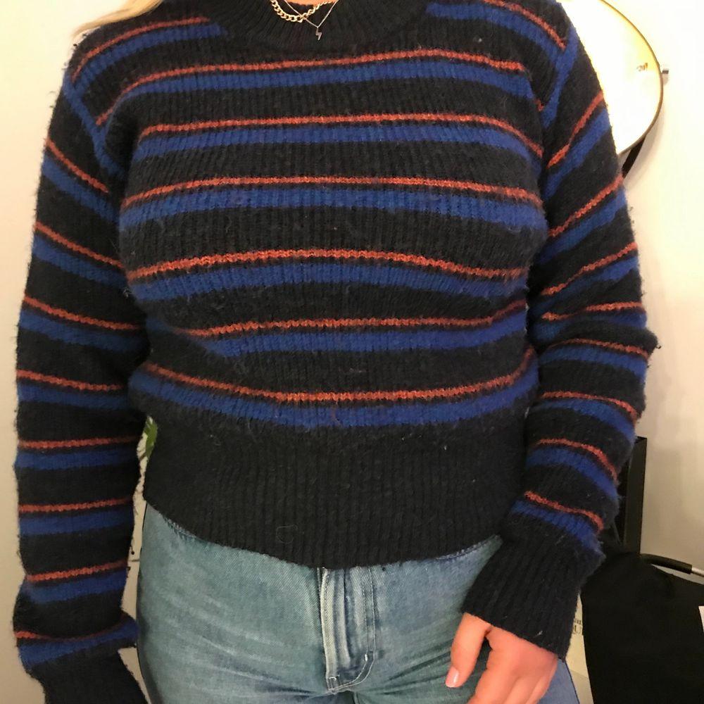 Stickad tröja med randigt mönster från weekday. I bra skick. Passar mig också som är S. Stickat.