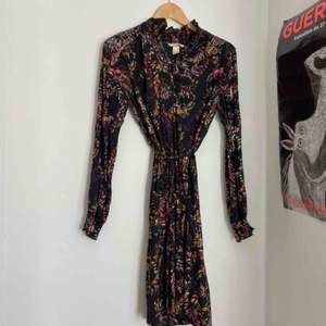 Superfin klänning som kanske blivit använd två gånger. Slutar typ under knäna på mig som är cirka 165cm Frakt: 59kr