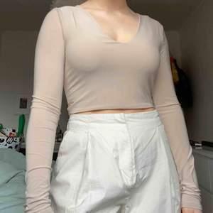 Fin, beige tröja som både går och använda såhär eller bak-och-fram (så den är rak vid halsen och urringad bak) 💕