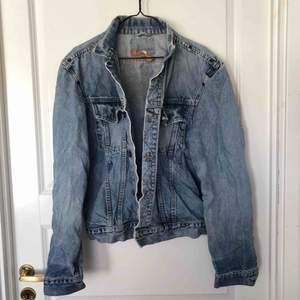 Supercool vintage Crocker jeansjacka. Står ingen storlek på den men skulle säga att den passar en storlek S-L beroende på hur man vill att den sitter! Säljer för 180kr + frakt eller mötas upp i Sthlm.
