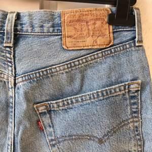Riktigt nice shorts från Levi's i den klassiska modellen 501. Köpta second hand och välanvända men toppenbra skick och bra kvalitet. Saknar storlek men passar 36-38. Priset är inklusive frakt.