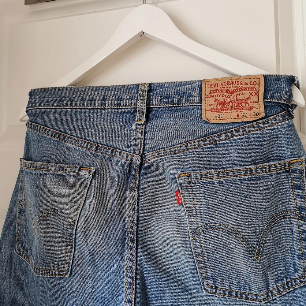 Vintage 501, använt och coolt slitet skick. Rejäl kvalité på dessa byxor. . Jeans & Byxor.