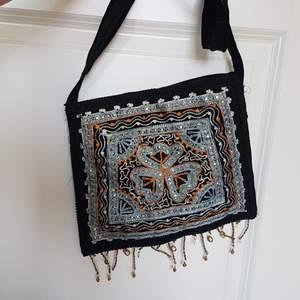 Cool väska med mönster, glitter, paljetter och fransar.
