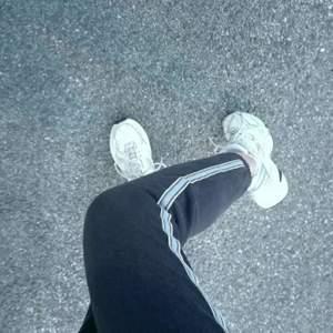 Söta marinblåa sweatpants från PullandBear, använda några gånger hemma. Strl M men deras storlekar är mindre så skulle säga att dem är som XS/S. Frakt tillkommer
