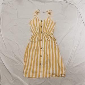 vit- och gulrandig klänning. jättehärlig men kommer inte till användning! skickas mot fraktkostnad, och kan tänka mig gå ner i pris så hör av er :)