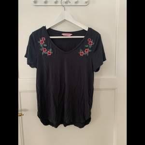 T-shirt med broderade blommor