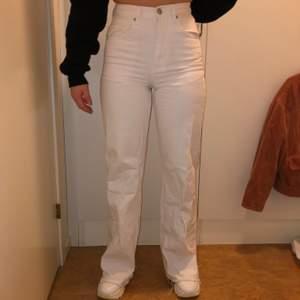 Säljer dessa vita jeans från NAKD med vida ben. Knappt använda. Jag är 163 cm och jeansen är i storlek 34.