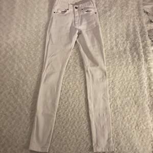 Vita tighta jeans från Dr.Denim i storlek XS, modell Lexy 🤍🤍 Jeansen är i mycket fint skick och är nästan oanvända. Köpta för 500 kr därav priset 😚 Samfraktar gärna med andra plagg och betalning sker via Swish <33