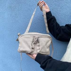 Jätte fin väska från Gina, väldigt lik noella väskan.Köptes för 350 i höstas och har inte kommit till användning sen dess:) Hör av dig om du är intresserad! ( köpare står för frakten)💕