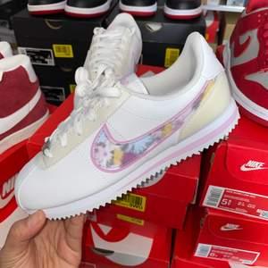 ⚪️Nike Cortez Flower Edition  ⚪️Oanvända med kvitto     ⚪️Storlekar 37.5   #Nike #Sneakers #edition #flower