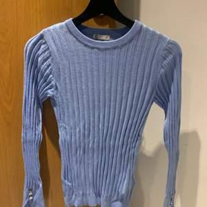 Ljusblå långärmad tröja från Cubus. Fina detaljer på ärmarna. Oandvänd!
