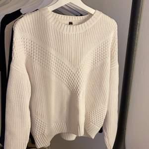 Säljer denna vita stickade tröja i storlek S/M från h&m. Den är super söt & mysig. Knappt använd alls!