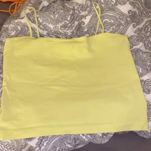 Neongult/grönt linne. Jätte gulligt och skönt linne. Jättebra skick. 😊