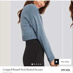 Superfin blå stickad tröja från Nakd, croppad i modellen. Priset är exkl frakt!