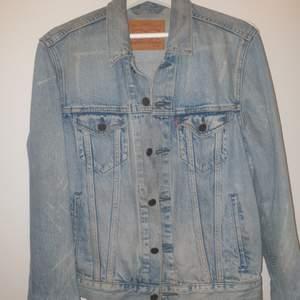 Levis jeans jacka, knappt använd köptes i somras så i fint skick, storlek S (Unisex)