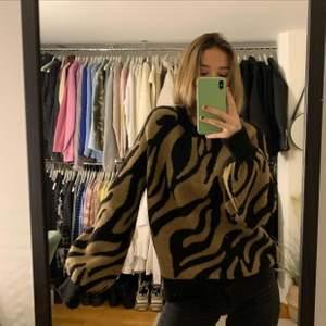 Super fint stickad tröja knappt använd och härligt material!✨💕 Köpare står för frakt men kan också mötas upp i Linköping ✨
