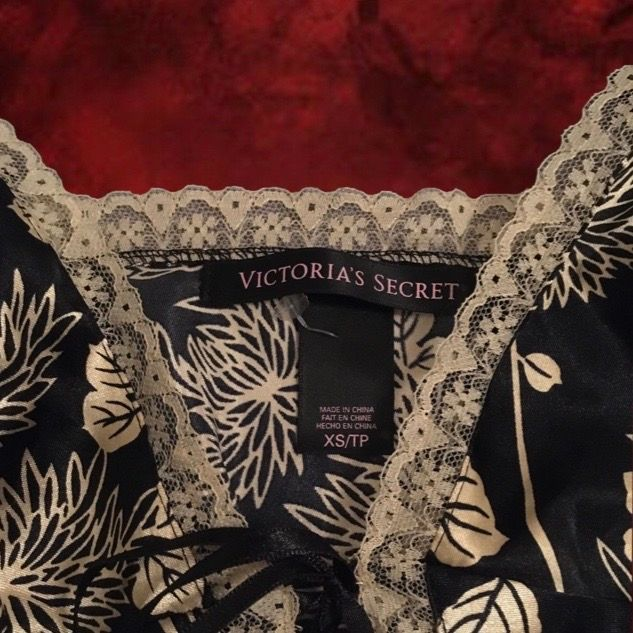 Jättefint svart nattline med guldigt, blommigt mönster från Victoria's Secret. Den är i storlek XS och är gjord i ett sidenliknande tyg, och knyts med band på framsidan. Jag kan mötas upp i Stockholm, annars står köparen för frakten😊. Klänningar.