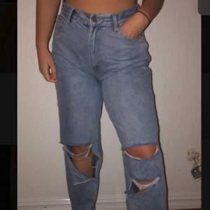 Ett par blåa jeans med hål vid knäna och ner. Nytt skick då dem aldrig är använda. Köpta från boho, storlek 42. Köparen står för frakten.