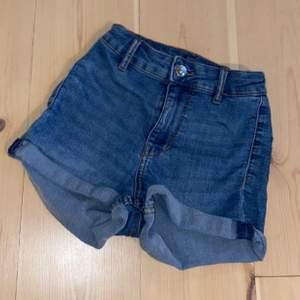 Högmidjade jeans shorts i storlek 32. Köpta från H&M och endast använda någon gång
