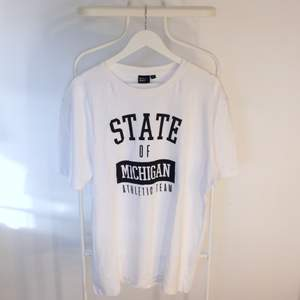 Go vintage T-shirt från Skill i Gött skick! Storlek: XLDirekt pris: 40, Skriv buden till mig privat eller kommentera på bilden!  Kan även mötas upp mellan Varberg & Göteborg Köpare står för frakten (Du bestämmer vilket paket så länge det uppfyller vikt och storleks kraven)