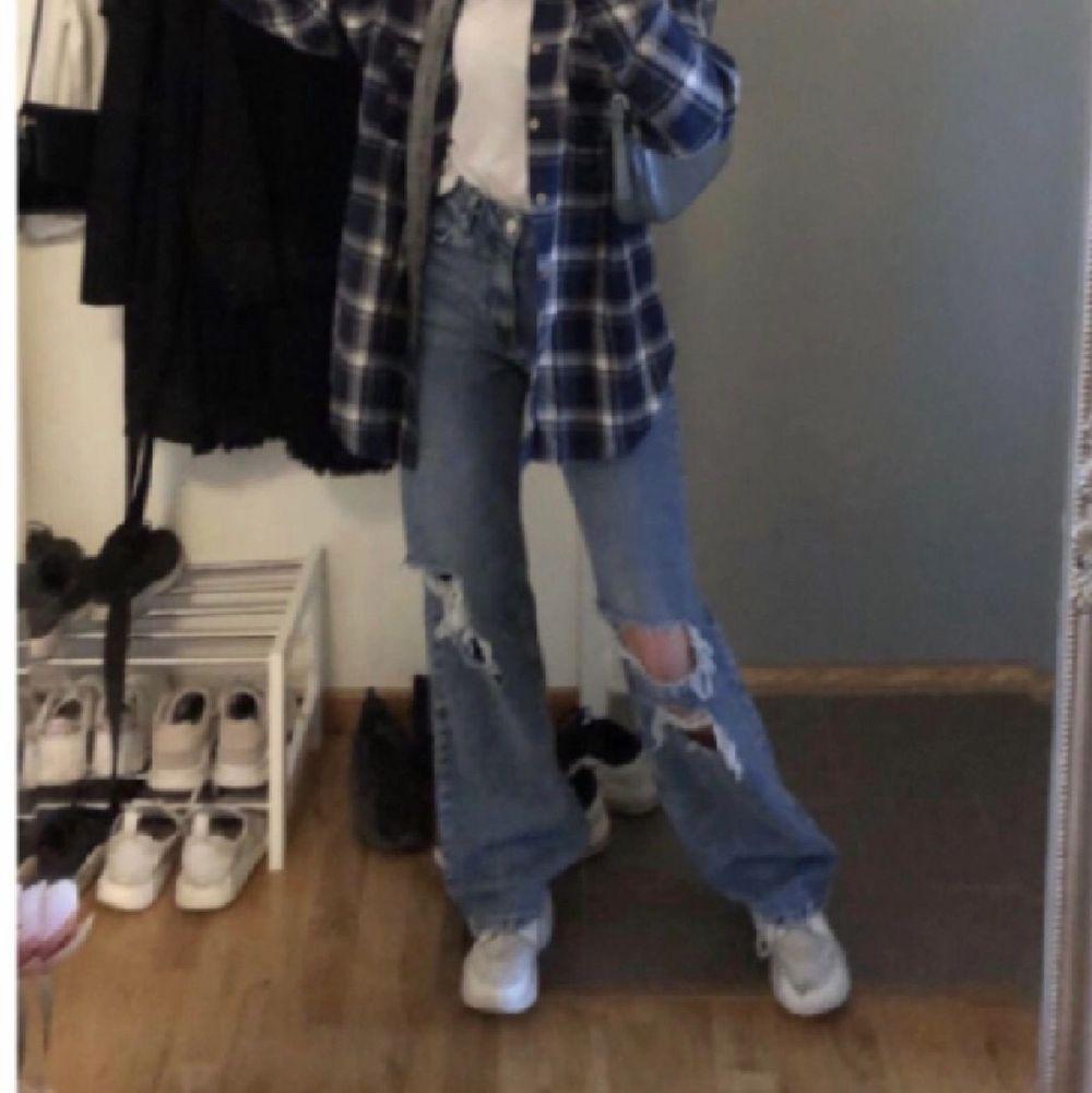 Mörkblå jeans med hål på knäna. Nästan oanvända. Från bershka i storlek 34. Sitter jättefint.💞Pris kan diskuteras. Jeans & Byxor.