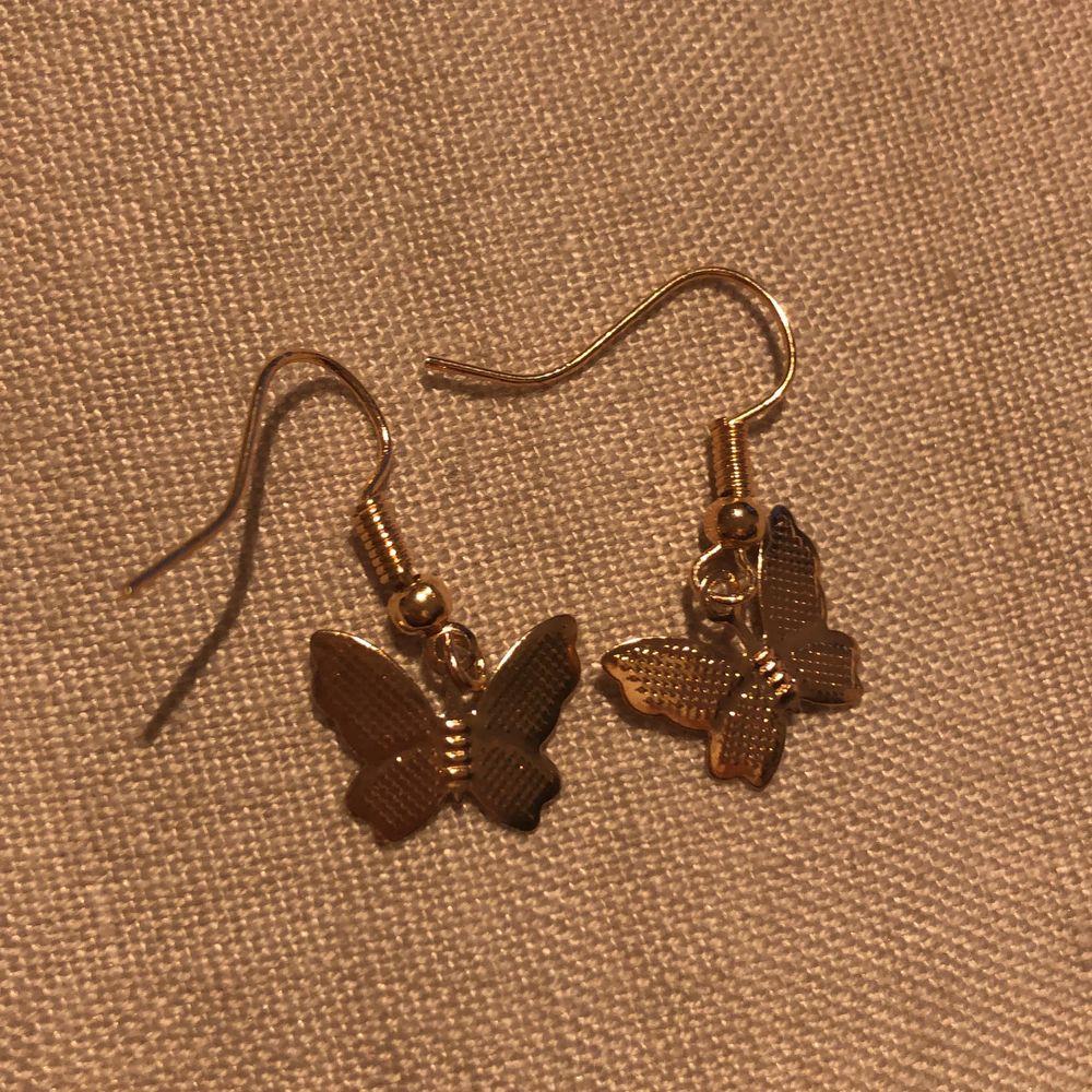 Enkla och fina örhängen med guldiga fjärilar. Nickelfria. 89 kr. Accessoarer.
