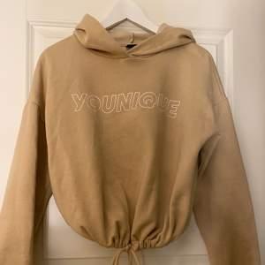 Beige hoodie med tryck från ginatricot