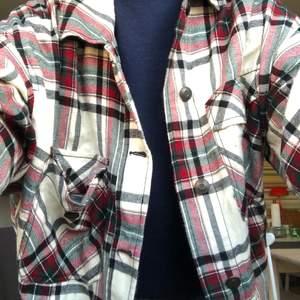 Säljer denna flanell jacka från Zara🤩 om du är intresserad av att köpa är det bara att kontakta mig😁 köparen står för frakten i priset!💕