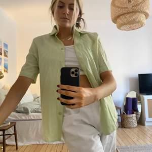 Säljer min jättefina skjorta/blus i grön pastell. Så fin att knyta eller ha över en polotröja. Från second hand, väldigt fint och tunt tyg i bra skick!