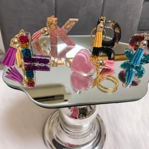 Egengjorda bokstäver nyckelringar, hjärta, fjärilar med och utan tofsar i flera färger och design. Bordsdekorationer.  Priset från 49kr och köparen står för frakten