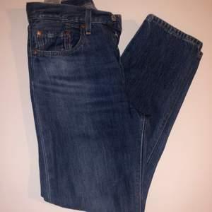 Ett par jättesnygga Levis 501 jeans som jag använder för sällan. De är i super bra skick!!