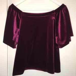 Off-shoulder blus i vinrött sammet. Aldrig använd.