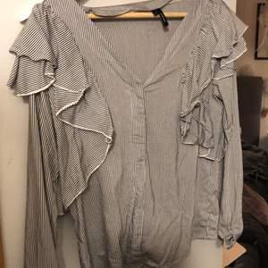 Unik blus från Vero Moda! Fint skick, pris är inklusive frakt.