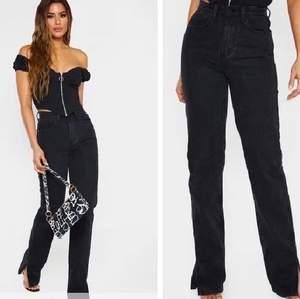 Superfina splittrade jeans vid änden✨. Längden är perfekt för mig som är 170💕 cm men var för tajta. Köpta nyligen och kostade 400kr när jag köpte de då, superbra material på byxorna.   Skriv om ni är intresserade🥰💕