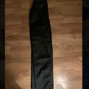 Säljer mina raka skinn byxor från Linn Ahlborg x Nakd. De är i storlek 38 men jag har sytt in midjan så de passar mig som är en 36.