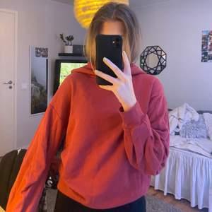 Skön vinröd hoodie som inte kommer till användning längre tyvärr, den är köpt på lager 157, frakt står köparen för!