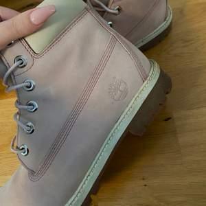 Ett par vinterkängor / boots från Timberland i rosa/vit modell, strl 40💞