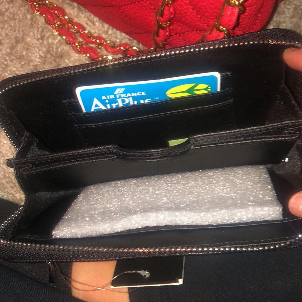 Helt ny plånbok som har lapp kvar! Bra förvaring och är i vanlig storlek! Kan gå ner i pris lite om den hämtas snarast . Accessoarer.