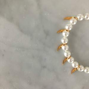 Ett fint oanvänt pärlarmband med guldiga änglavingar! Även jättefin som fotlänk! 199 kr! Från j.selma.p! Nickelfritt