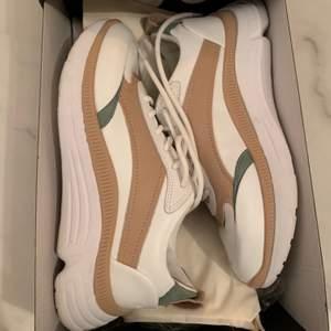 Vita sneakers från Massimo Dutti (med detaljer av beige och grön) Passar storlek 36-37. Som nya, använda en gång. Dustbag samt förpackning finns kvar. Nypris 999kr.