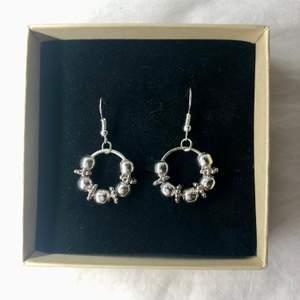 Nu säljer jag dessa handgjorda örhängena! Kolla in min profil för fler handgjorda smycken. Nickelfria så funkar för allergiska. 80 kr styck + frakt eller 2 för 150 kr (fri frakt) Vill du designa dina egna örhängen eller andra smycken så är det bara att skicka ett pm och så kan vi komma överens över något💕