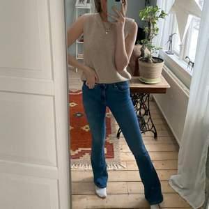 Säljer dessa bootcutjeans💜 dom är rätt låga i midjan💜 passar bra i längden för mig som är 167 cm 💜 lite slitna längst ner därav de lägre priset!