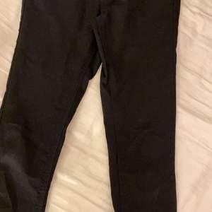 säljer dessa jeans ifrån Bikbok i storlek Xs aldrig andvända bara legat i garderoben