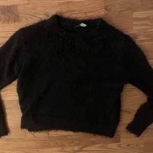 En fluffy tröja som är extremt skön den sticks inte alls✨ en tröja som jag har haft som ett fint basplagg🌈