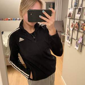 Adidas träningsresa med dragkedja men som också går att använda som vanligt. Använd ett fåtal gånger, så bra skick. Storlek 164 men passar mig som har small. Frakt 50kr