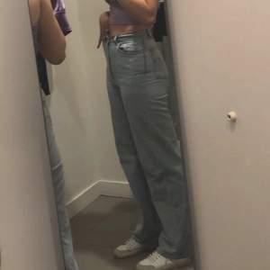 Säljer mina Levis jeans i W26 L33 för att de inte passar längre. De är i väldigt bra skick då jag bara använt dem ett fåtal gånger💕 buda, priset kan diskuteras💕